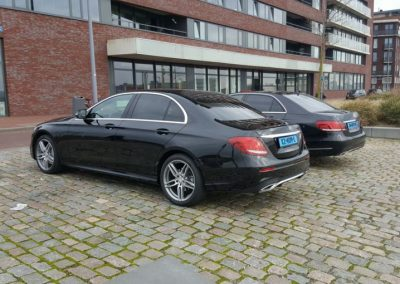 Twee auto's van Taxi Rotterdam